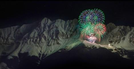 Feu d'artifice du nouvel an sur la montagne de Nordkette en Autriche